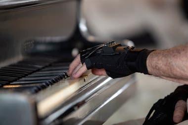 Перчатки из неопрена и карбона, которые Joäo Carlos Martins снова использует для игры на пианино