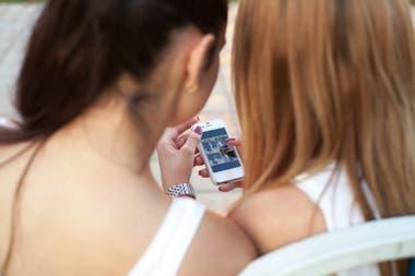 Чрезмерное время использования и общение с другими людьми в Интернете являются одними из рисков, на которые указывают специалисты