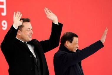 Элон Маск и мэр Шанхая Ин Йонг во время церемонии на новом заводе Tesla