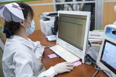 Комната медсестер, куда поступают результаты испытаний, проведенных дистанционно по всей стране.