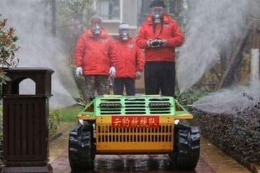 Робот с дистанционным управлением распространяет дезинфицирующее средство на улицах
