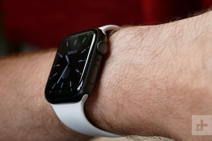 У человека есть Apple Watch Series 5, одни из лучших умных часов на рынке.