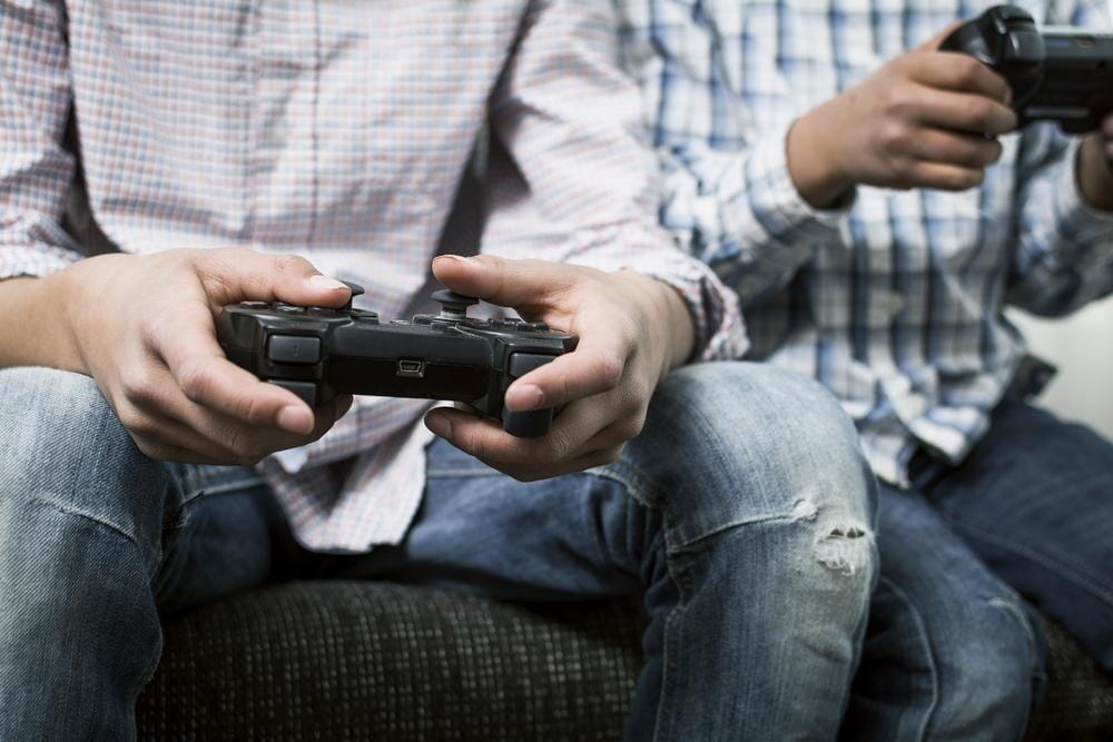 Два человека играют с управлением Dualschock 3. Мы расскажем вам, как подключить элементы управления PS3 к ПК.