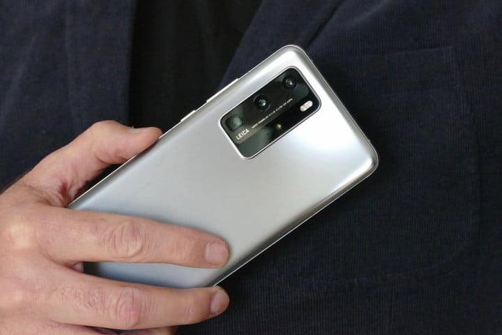 одна рука держит телефон P40 Pro, показывая серебристую спину