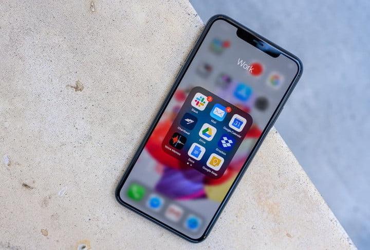 Экран iPhone 11 Pro Max с приложениями