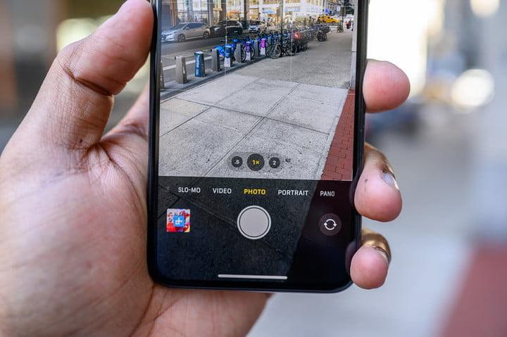 фото iphone 11 pro max с включенной камерой готовой к съемке