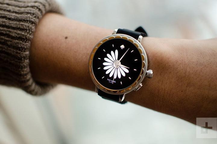 Женщина показывает свою руку, где она носит умные часы Kate Spade Scallop 2