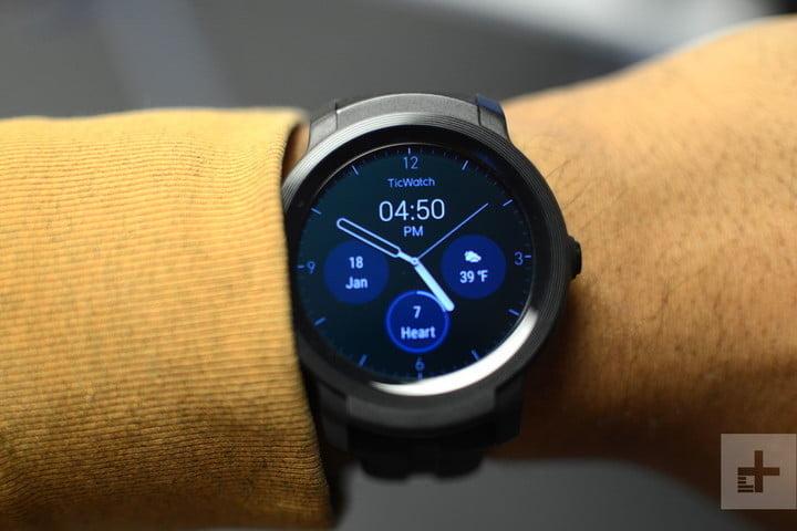 Человек показывает в своих руках умные часы Mobvoi Ticwatch E2, лучшие из самых экономичных.