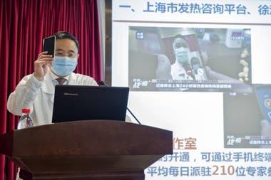 Цзянь Чжоу объясняет работу системы телемедицины больницы Сюйхуэй в Шанхае