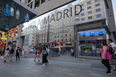 Китайская фирма Huawei открыла в Мадриде крупнейший собственный магазин в Европе