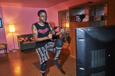 Tristan Scatliffe выполняет упражнения с Fit Fit от Nintendo в своем доме в Бруклине