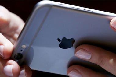 По словам Apple, функция программного обеспечения некоторых моделей iPhone, в том числе 7 (фото), применяется для «предотвращения отключения электроэнергии».