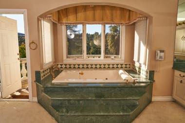 Ванная комната в Hype House в Лос-Анджелесе - сцена многих, многих TikToks
