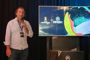 Хуан Антонио Пицци во время презентации FIFA 20 Conmebol Libertadores