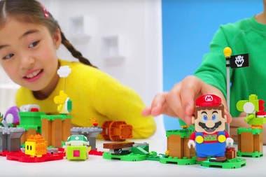 У фигуры Марио есть камера в основании, которая позволяет определить цвет фигуры, на которой он стоит; у него также есть экраны в глазах, чтобы изменить его выражение