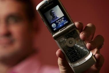 Так выглядела Razr, выпущенная компанией Motorola 15 лет назад, которая продала 130 миллионов единиц за четыре года.